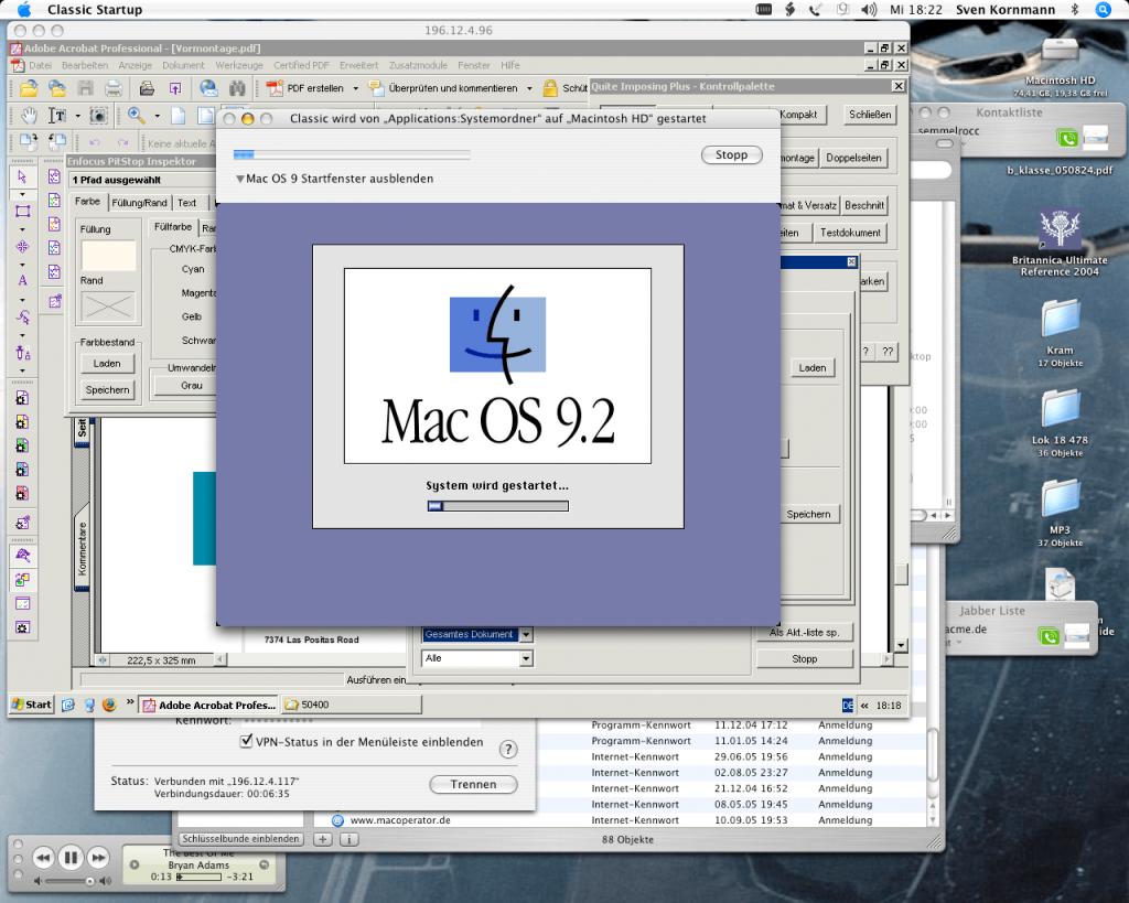 Screenshot von Mac OS X 10.4 Tiger. Markant rechts oben das blaue Lupen-Symbol. Die Classic-Umgebung war noch Bestandteil des Systems. Im Bild ist auch eine Remote Desktop-Verbindung zu einem Windows-System aufgebaut.